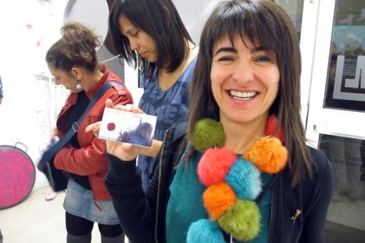 Rosa mostrando contentísima su tarjeta de visita recién hecha