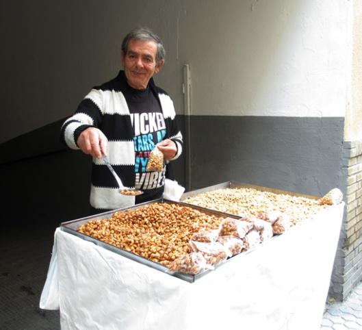 El hombre que vende almendras y cacahuetes garrapiñados