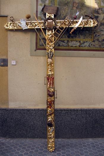 Cruz de guía de la hermandad de nuestra señora de las lágrimas. Asi en el suelo se le aprecian muchos detalles simbólicos.