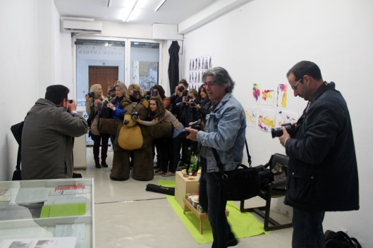 Grupo de invitados de hoy: el grupo de fotografía creativa de Belleda López. En vez de con guante han querido posar con Alguien ya recosido, rellenado y limpiado.