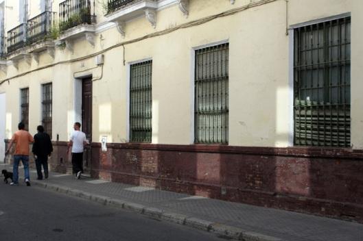Los reflejos de las ventanas del edificio de enfrente alteran la percepción de la calle